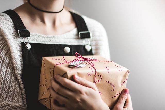 czego nie dawac kobiecie na prezent